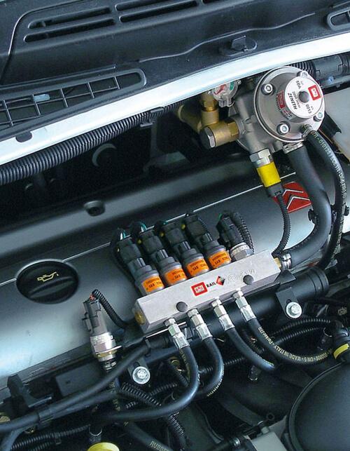 Система ГБО под капотом автомобиля